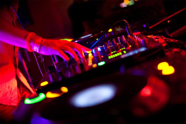 DJ-booking-705x470