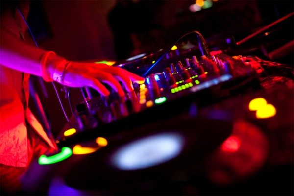 DJ-booking-705x470